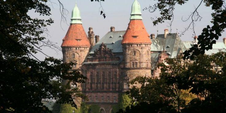Zamek Książ. Jest budowlą, która charakteryzuje się różnymi stylami architektury (posiada ponad 400 pomieszczeń). Wzniesiony został w latach 1288-1292 na zlecenie księcia Bolka I Surowego. Jego historia jest pełna tajemnic i niedomówień. Kilkakrotnie był niszczony i wiele razy przebudowywany przez kolejnych rządców. W czasach II wojny światowej pod zamkiem i dziedzińcem przeprowadzono prace, w efekcie których na głębokości ok. 50 m zostały wykute potężne tunele.