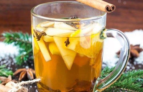 Fazendo um chá medicinal à base de maçã, canela, anis e cravo
