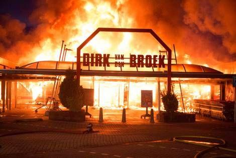Na de grote magazijnbrand in Hoogeveen bouwde De Boer in 1974 een nieuw centraal magazijn in Beilen en richtte de slijterijketen Mitra op. De naam 'Mitra' was een samentrekking van 'Minder Trammelant' . De naam Mitra is bedacht door Cornelia De Boer - Otten, die directeur Non-food was bij de Boer.