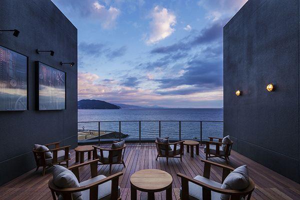 星野リゾートが全国で展開している温泉旅館ブランド「界」が静岡県伊東市に2件目となる宿をオープン。西洋式帆船の造船で知られた伊東の地にちなんで、海や船旅をテーマにしたこちらはマリンアンティークをテーマにしたインテリアをスーパーポテトが担当、界ブランド初のモダンなインテリアとなっている。客室はすべてオーシャンビュー、最上階の露天風呂では、広大な海の旅に思いを馳せながらくつろぎの時間を提供してくれる。