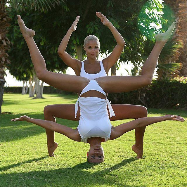 Люди делятся на тех кто интересное для других делает интересным для себя и тех кто интересное для себя делает интересное для других!#доброеутро#скарабей#близнецы#сёстрыблизняшки#twins#sisters#balans#acroyoga#yogagirls#harmony#relax#архив#сделайкакя# фото из ленты для тех кто так и не дошёл до него! @ira.potapova  тётушка  пора новые дуэты  творить!! by vovchenkomarina