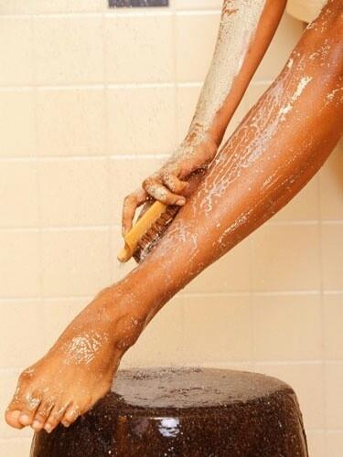 Tips om zo lang mogelijk te genieten van gladde benen als je altijd scheert.   Scrub regelmatig je benen met een grove schub, om dode huidcellen te verwijderen en ingroeien van de haartjes tegen te gaan.ook zorgt scrubben ervoor dat je langer en gelijkmatiger bruin wordt/blijft.Gebruik een scheerschuim en borstel deze op je huid met een scheerkwast.Gebruik een scherp mesje waar meerdere mesjes aanzitten en scheer tegen de haargroei richting in,om dieper te kunnen scheren.