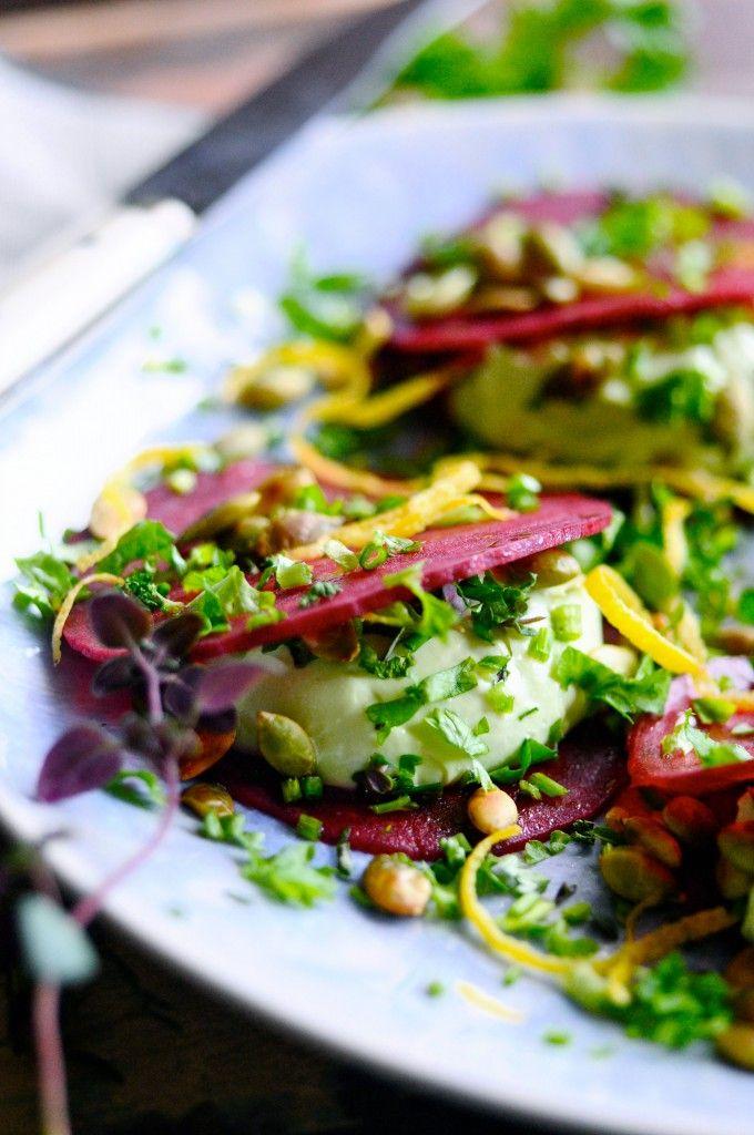 Super nem forret, der nok skal imponere gæsterne. Rødbederavioli med avocado fetacreme. Kan laves på 15 minutter og er en anderledes og nem forret for alle.