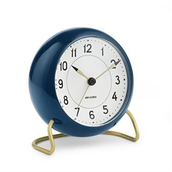 The AJ Station table clock from Rosendahl Copenhagen has a timeless design that was designed by legendary Arne Jacobsen in 1939. The clock has now been brought up to date with a snooze function and a light sensor. This particular variant is petrol blue with details in brass. A great clock for a design enthusiast.