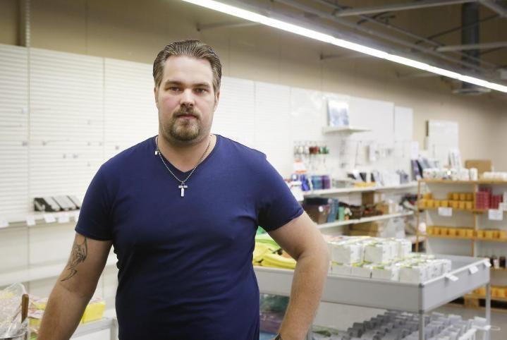 Uusi kirppiskonsepti Hämeenlinnassa, hollantilainen kirppis. Timo Tuominen aikoo sijoittaa tälle paikalle tuotetorin, josta tulee oma pieni myymälänsä kirpputorin keskelle. Kuva: Esko Tuovinen