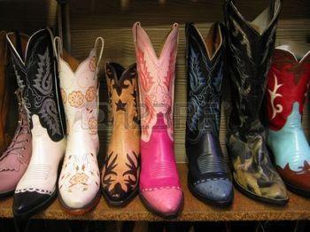 cowboy WESTERN: Colorful bottes de cow-boy à la vente sur étagère.
