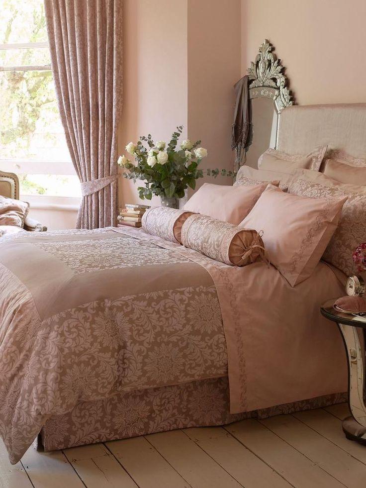 peinture rose pâle, literie assortie, polochons et coussons décoratifs assortis