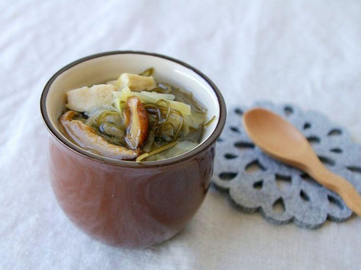 食物繊維を豊富に含んだ昆布や切り干し大根、干ししいたけなどの乾物を使ったデトックススープです。これらの食材には水溶性と不溶性の2種類の食物繊維が含まれ、腸のぜん動を活発にする効果があるといわれます。