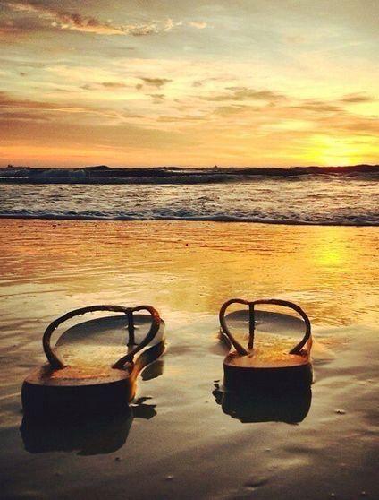 Idee für Dein Reisefoto: Flip Flops im Sonnenunte…