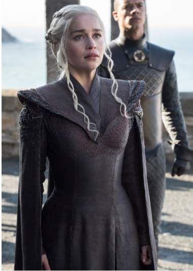 """Daenerys Targaryen zarpa hacia la conquista de Westeros, y algunos seguidores de 'Juego de Tronos' creen que se volverá una villana.br/br/Se basan en que su padre, el Rey Loco Aerys Targaryen, era un asesino brutal y que la """"Madre de Dragones"""" se ha vuelto más fría."""