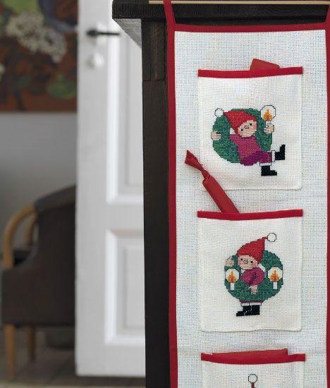Den sjove adventskalender i korssting har en lomme til hver søndag i advent.
