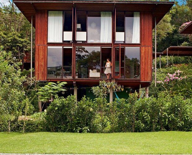 Na foto à dir., a fachada da casa feita de módulos de madeira pela Ita construtora (Foto: Victor Affaro)