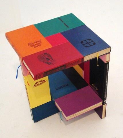 Dit #tafeltje uit de serie BOOKED van Jacqueline Le Bleu is wel heel bijzonder. De buitenkant van het #meubel bestaat namelijk uit #hardcovers van opmerkelijke en originele #boeken.
