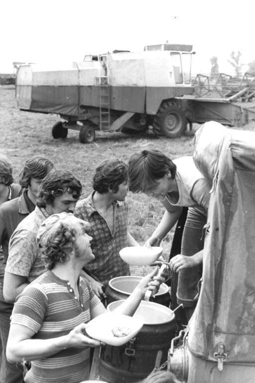 FDJ-Studenten als Erntehelfer im Bezirk Leipzig im August 1978 *** Das Beste an der Kartoffelernte waren Leberwurstbrote und Pfefferminztee in der Pause! ***