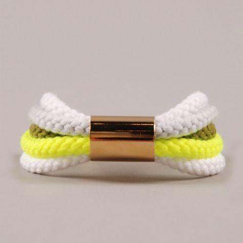 Bracelet en tricotin.