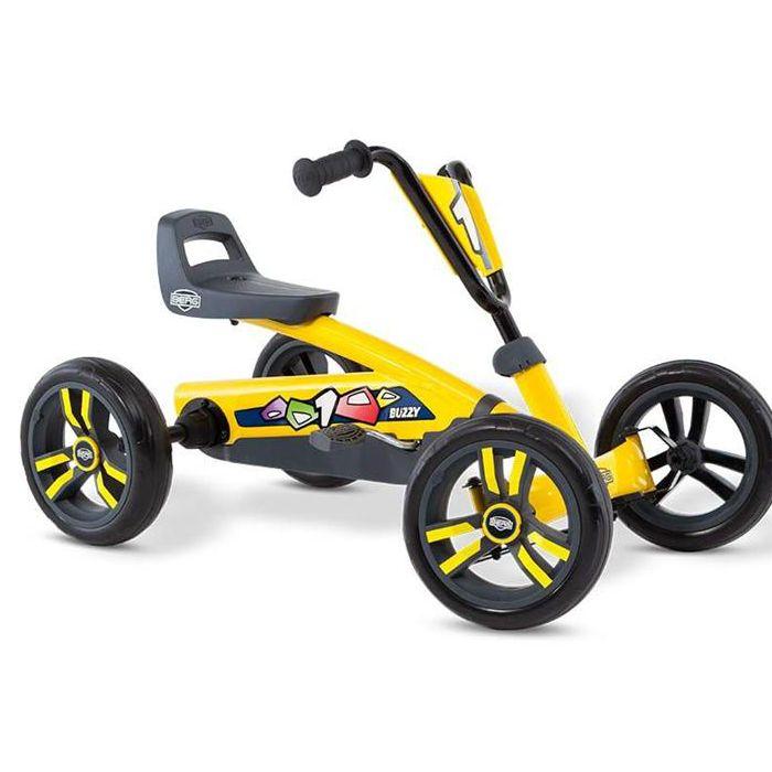 BERG Buzzy Yellow är den perfekta trampbilen för nybörjare och alla barn som gillar leka och motionera och upptäcka världen på egen hand. Trampbilen är lämpad för barn från 2 till 5 år. De fyra hjulen gör trampbilen superstabil och tack vare EVA-däcken får man aldrig punktering. Trampbilen är lätt och enkel att trampa. Det går också bra att trampa bakåt, vilket gör trampbilen mycket lättmanövrerad. Säte och ratt är justerbara så barnet kan växa med trampbilen.  Fakta Tysta EVA-däck som…