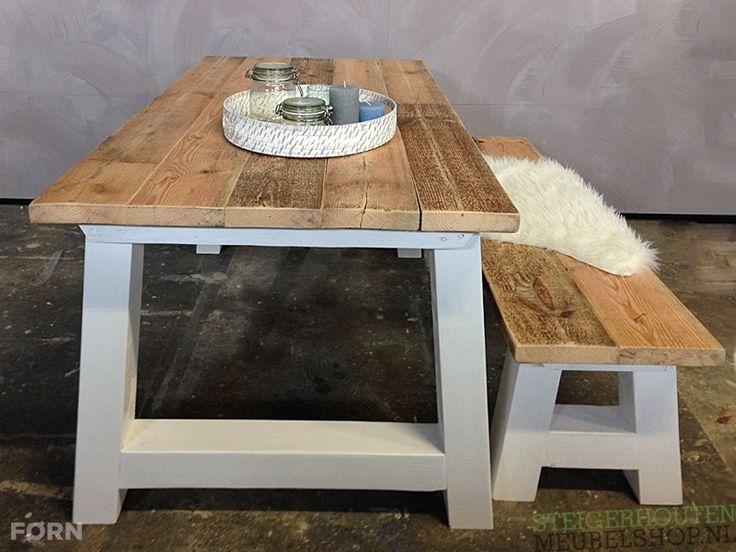 Mooie landelijke houten tafel Florac met dikke planken en witte schuine poten.