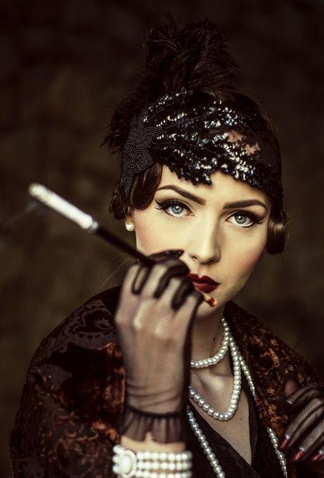 femme annee folle avec fume cigarette