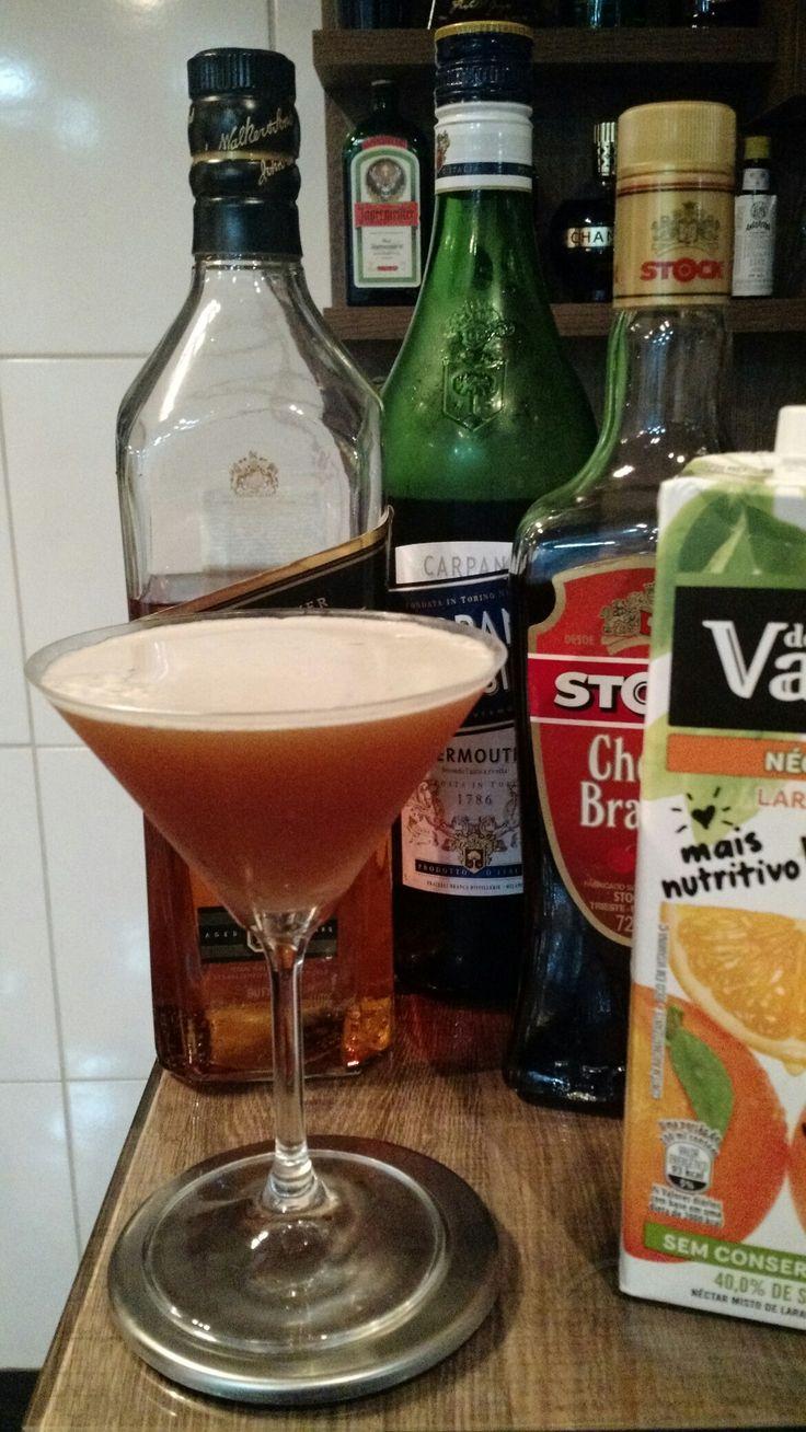 * BLOOD AND SAND * - 30 ml. Whisky Escocês - 30 ml. Vermouth Tinto Doce - 30 ml. Licor de Cereja - 30 ml. Suco de Laranja - Coloque todos os ingredientes em uma coqueteleira com gelo e agite bem. - Sirva em uma taça Martini resfriada.