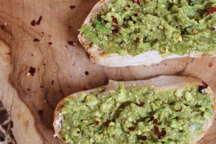 Hemels. Makkelijk. Lekker. Hemels, oh zei ik dat al? Inmiddels ben ik gek op avocado op een knapperig broodje en na wat experimenteren met de juiste kruiden en toevoegingen, heb…