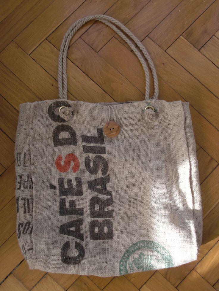 Borsa di juta con manici in corda e chiusura con bottone di legno - Juta bag with rope handle and a wooden button closure