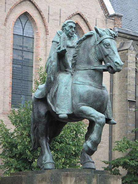 """Sint Willibrordus op het Janskerkhof Ruiterstandbeeld van Sint Willibrordus op het Janskerkhof (Utrecht). Gemaakt door de Nederlandse beeldhouwer Albert Termote (1889-1978). Willibrord is een christelijke heilige en staat ook bekend als de """"apostel der Friezen"""" of """"apostel van de Lage Landen""""."""