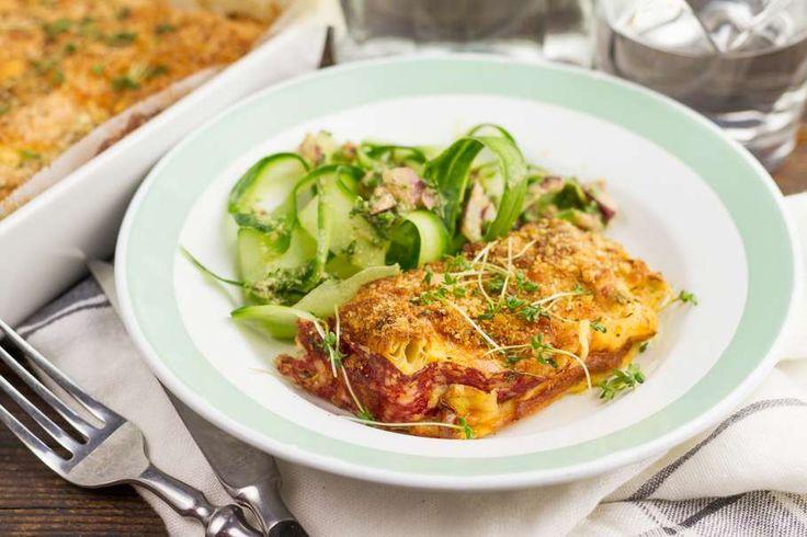 Salami-preigratin met frisse komkommersalade