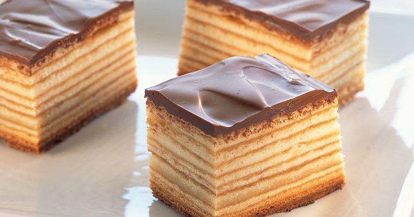 Beim Backen brauchen Sie ein bisschen Geduld, aber das Ergebnis ist einfach genial. Und das Tolle: Diesen Kuchen kann man wirklich Schicht um Schi ...