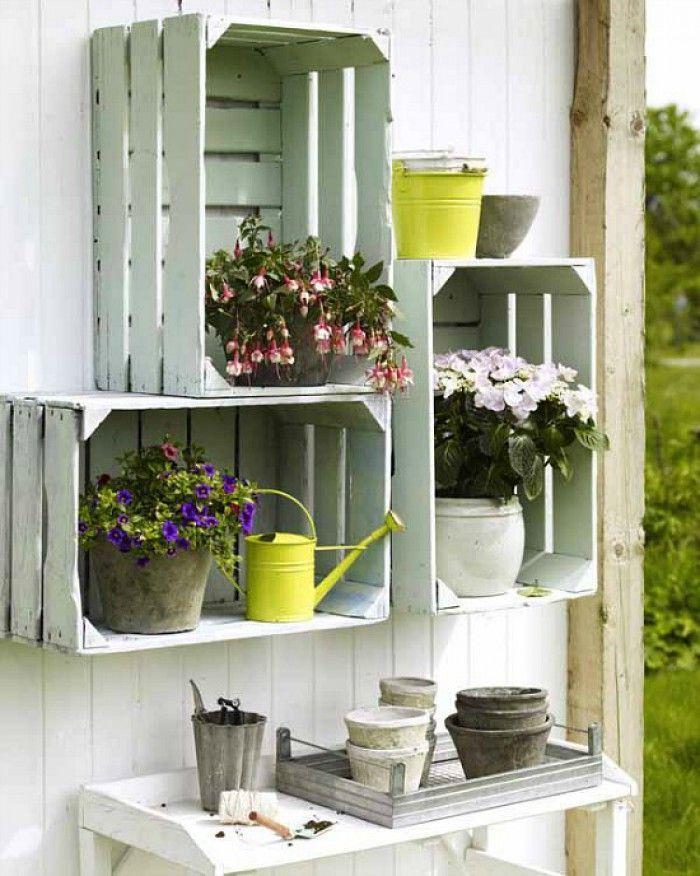 décoration jardin - cageots blancs transformés en jardin vertical