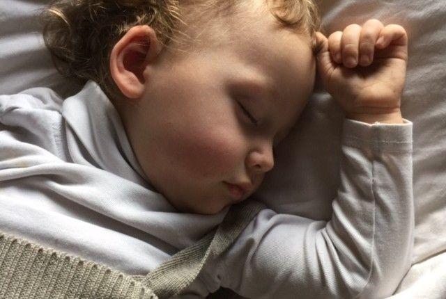 Warum Kinder auch nach dem 1. Geburtstag noch nicht durchschlafen (von Geborgen Wachsen)