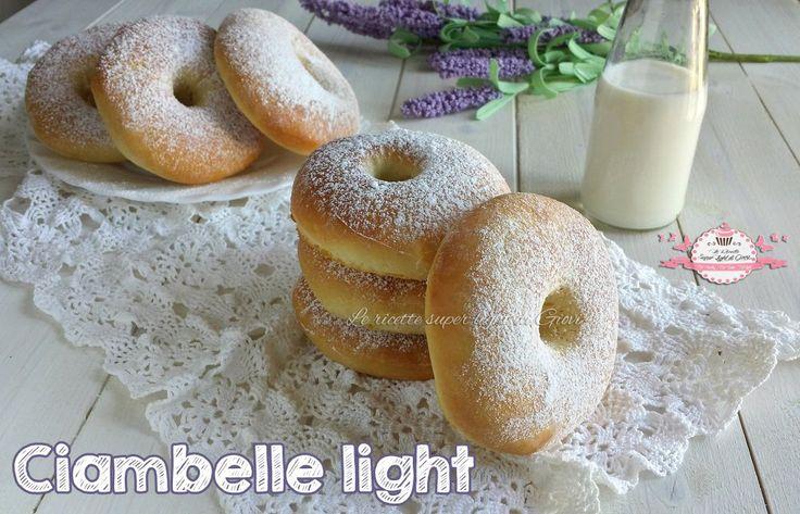 Ciambelle light, cotte al forno e senza uova, ideali nelle feste ma non solo! Perfette per chi è a dieta perchè hanno pochi grassi e poche calorie!
