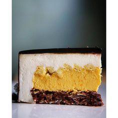 """Торт """"Bali"""": шоколадно-кокосовый бисквит, цитрусовое крем-брюле, апельсиновые чипсы, кокосовый мусс с ликером Куантро, зеркальная глазурь."""