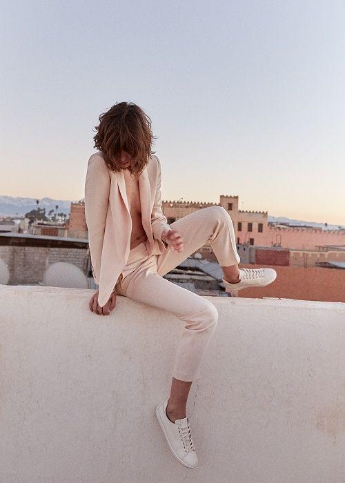 Sézane - Pré collection Printemps Sunrise www.sezane.com Veste Sarina, pantalon Gustav et baskets Jack #sezane #precollection #printemps #sunrise