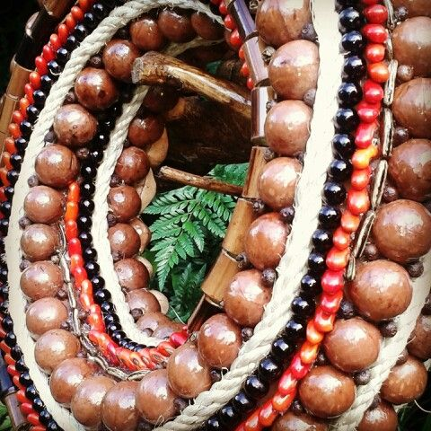 Macadamia spiral wreath!!  Creative, natural and beautiful!  From DECOESFERAS, art with seeds in Guatemala
