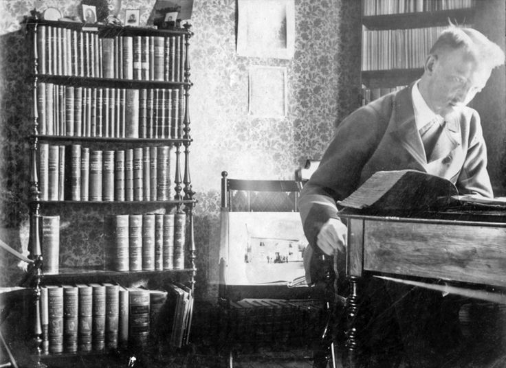 My great-grandfather reading a (most likely) law book around 1910 http://ift.tt/2wvlElO