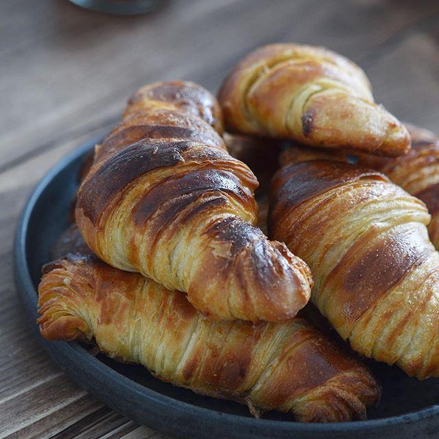 Hjemmelavede croissanter p vores lkre plankebord fra manipine reklame croissanterhellip