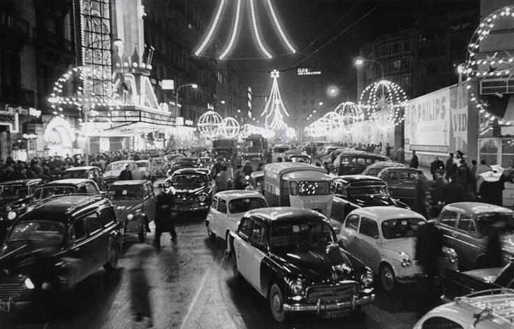 Barcelona desapareguda.  El carrer de Pelai il.luminat per les festes de Nadal. 1963. Fotografia de Pérez de Rozas. AFB.  Publicada per Giacomo Alessandro.