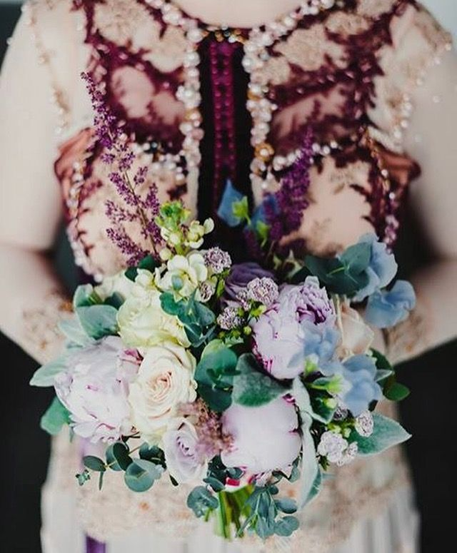 Когда букет невесты завершает образ. Марсала, крем, голубой, пионы, латирус.   When a bridal bouquet completes the look. Marsala, cream, blue, peony, latirus