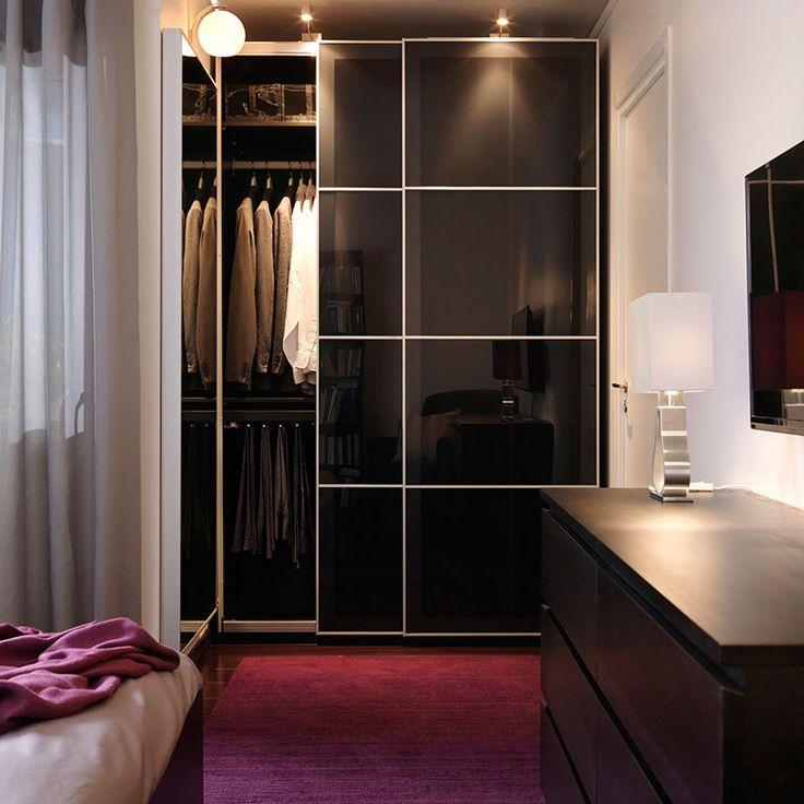 Czarnobrązowa szafa PAX z drzwiami przesuwanymi UGGDAL z szarego szkła