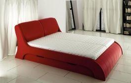 Eleganckie łóżko, o obłych kształtach. Miękki zagłówek, lekko wygięty. Łóżko posiada dwie funkcjonalne szuflady, które pełnią zadania pojemnika na pościel. Do łóżka nalezy dokupić stelaż pod materac i materac, który można nabyć na korzystnych warunkach w naszym salonie.
