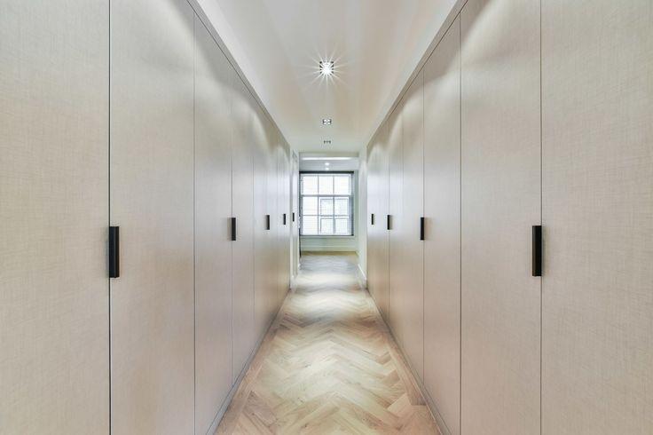 Deze 5 meter lange inloopkast heeft garderobekasten aan beide zijden. De kast is op maat gemaakt door Dexter interieur naar het ontwerp van BNLA architecten.