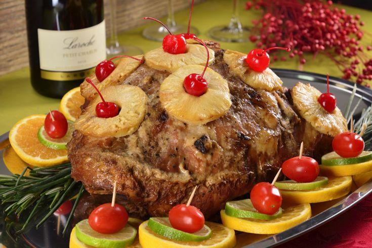 Pierna al horno mechada con almendras y ciruelas pasas, cubierta con rebanadas de piña. La pierna se marina durante varias horas en una mezcla de sidra, ajo y cebolla. Una receta perfecta para tu cena de navidad o año nuevo. ¡Prepárala!