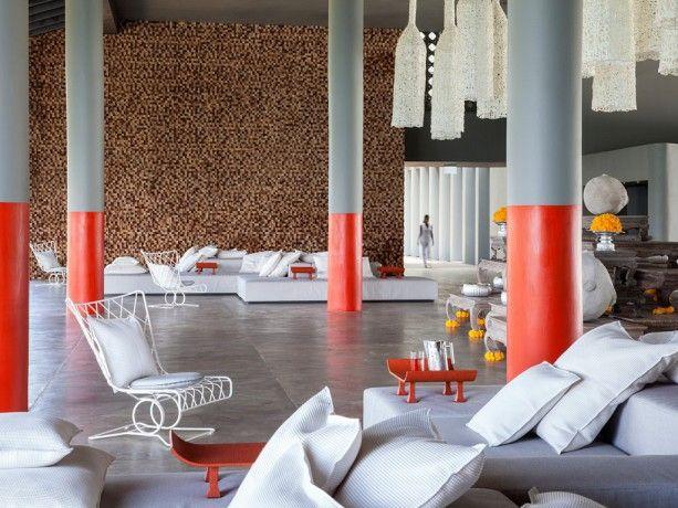 Peindre la moitié d'un pilier en rouge. Hôtel Point Yamu à Phuket. Marie Claire Blanckaert. Photo Giorgio Baroni