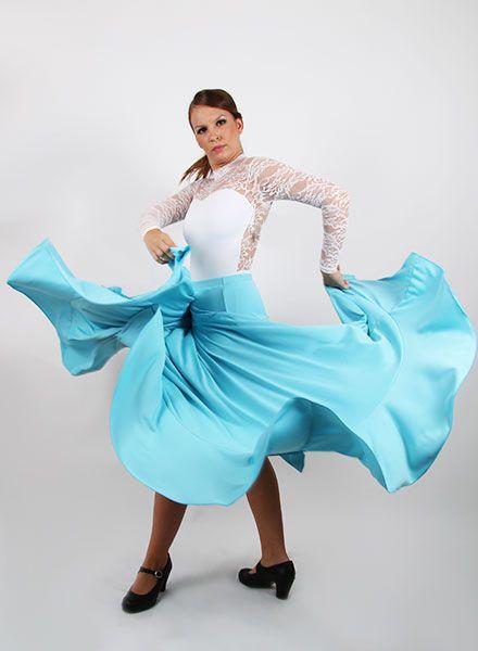 Faldas de flamenca de canesu que va entallada a la cadera e incluye vuelo de capa y un volante. Esta falda flamenca de baile está pensada tanto para bailar en actuaciones como para ensayar, puesto que presenta un gran diseño.