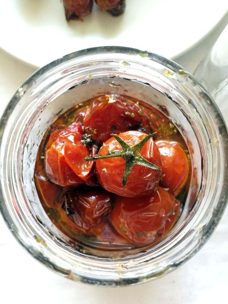 INGREDIENTI 300 gr di pomodorini ciliegini 1 spicchio d'aglio 3 cucchiai di zucchero mezzo cucchiaino di sale 1 bicchierino e mezzo di Olio extravergine d'oliva 2 cucchiai di aceto balsamico Peperoncino Maggiorana q.b. Lavare e asciugare accuratamente i pomodori. Sistemarli su una teglia rivestita con carta da forno. Tenerli per circa 2 orein forno a 100°. In una padella mettere ...