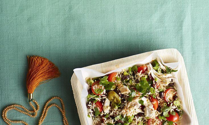 Niet veel tijd om lang in de keuken te staan? Maak eens deze Mexicaanse bruine-rijstsalade met reepjes kip en tomaatjes voor 4 personen. Lekker en in een mum van tijd op tafel gezet. Dit heb je nodig 200 g zilvervliesrijst…