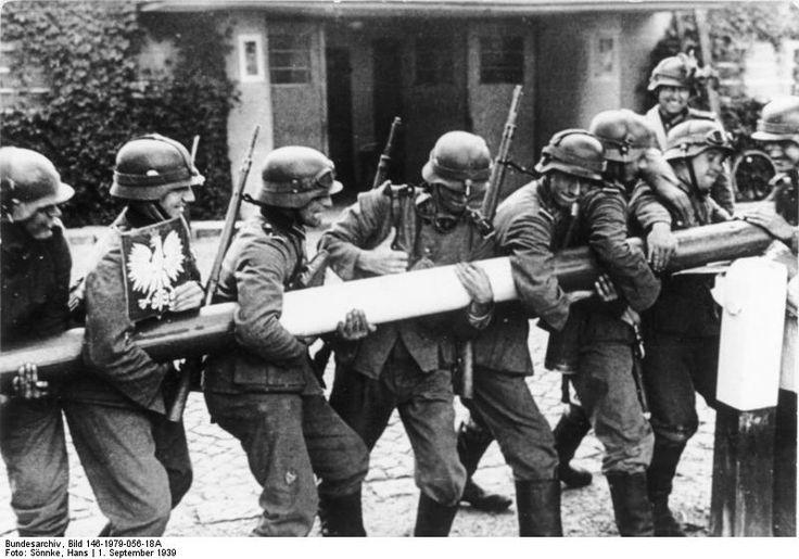 soldats allemands arrachent une barriere a la frontiere polonaise