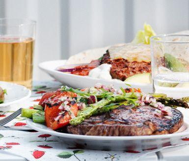 Grillad entrecôte med grillade marinerade grönsaker är ett härligt recept som passar grillmiddagar i trädgården. Zucchini, paprika, sparris och tomat blir ännu godare tillsammans med bakad potatis och gräddfil.