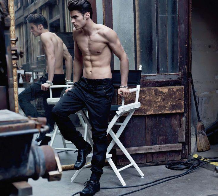 Božský Baptiste v módě nekončí! Bývalý Lagerfeldův oblíbenec se vrací ve žhavém editorialu. Spousta sexy fotek uvnitř! - LUI
