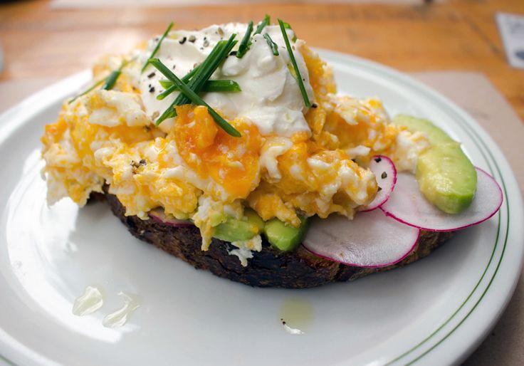 Tostada de ovos mexidos, abacate, creme azedo e rabanete: brunch do HM Food Café